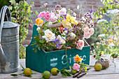 Sträuße aus Rosen, Oregano, Glockenblumen und Skabiose in Flaschenträger