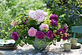Gesteck aus duftenden Rosen und Frauenmantel