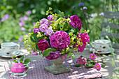 Kleiner Strauß aus Rosen und Frauenmantel
