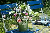 Sommerstrauß aus Rosen, Stauden und Wiesenblumen