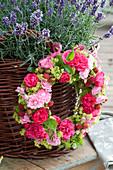 Kranz aus Rosenblüten, Frauenmantel und Himbeeren