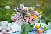 Strauß aus Rosen, Wicken, Kugeldistel, Glockenblumen und Fenchel