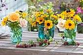 Kleine Sträuße mit Sonnenhut, Rosen, Fenchel und Salbei