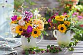 Kleine Sträuße aus Rosen, Sonnenhut, Brombeeren, Salbei, Prachtkerze, Vexiernelke, Skabiose und Fenchel