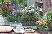 Arrangement mit Kräutern, Sommerblumen und persischer Rose