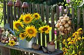 Strauß aus Sonnenblumen in Gießkanne