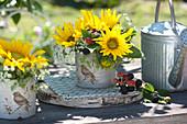 Kleine Sträuße mit Sonnenblumen, Wiesenkümmel und Brombeeren