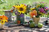Kleiner Sträuße mit Sonnenblume und Rosen