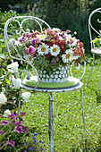 Üppiger Strauß aus Margeriten, Schafgarbe, Rosen, Sterndolde und Knorpelmöhre