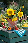 Stillleben mit Sonnenblumen, Ringelblumen im Tontopf und Gemüse