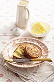 Dattel-Pekannuss-Brötchen mit Butter