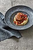 Sauerbraten vom Kalbsfilet mit Rote-Bete-Relish und Selleriepüree