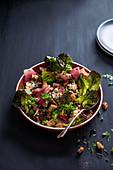 Blattsalat mit Feigen, Blauschimmelkäse, Schinken und Croutons