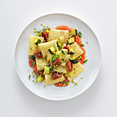 Paccheri mit Tomatensauce, Zucchini und Pistazienpesto