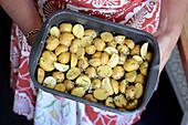 Kartoffelsalat mit gerösteten Knoblauchkartoffeln und Rosmarin