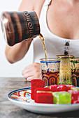 Frau trinkt Tee zu Turkish Delight