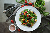 Gemüsesalat mit Spinat und Kichererbsen