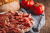 Schinken, Tomaten und Brot für Pan tumaca (Röstbrot mit Tomaten, Spanien)