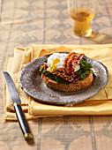 Grillbrot mit Spinat, karamellisiertem Bacon und pochiertem Ei