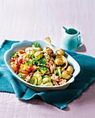 Warmer Salat mit Masala-Kartoffeln, Räucherforelle und Tamarinden-Dressing