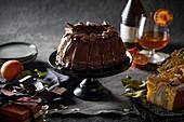 Schoko-Napfkuchen auf Kuchenständer