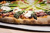 Pizza mit Spargel (Ausschnitt)