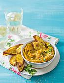 Kürbis-Hummus mit würzigen Kreuzkümmel-Süsskartoffelchips