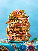 Tostada-Stapel mit Garnelen und Salat