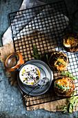 Pikante Muffins im Schinkenmantel mit Dip