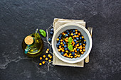Grünkohlsalat mit gerösteten Kichererbsen und Blaubeeren (vegan)