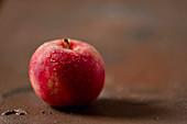 Roter Apfel mit Wassertropfen
