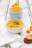 Kürbissuppe mit Croutons und Basilikum