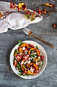 Herbstlicher Salat mit Rucola, Kürbis, Beluga-Linsen, Tomaten, Parmaschinken, Parmesan und Joghurtdressing