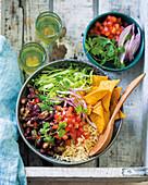 Buddha Bowl mit Reis, Tacos und Bohnen