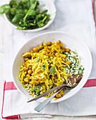 Weisskohl-Kichererbsen-Pfanne mit Curry und Reisbeilage