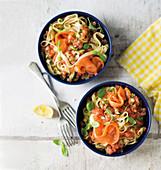 Tagliatelle mit Lachs, rohen Tomaten und Dillsauce