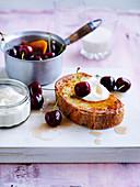 French Toast mit pochierten Kirschen und Joghurt