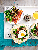 Glutenfreie Frühstück-Wraps mit Blattspinat, Pilzen, Speck und Ei