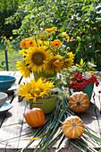 Gelber Strauß aus Sonnenblumen, Ringelblumen und Fenchelblüten