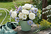 Blau-weißer Strauß mit Rosen und Stauden
