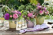 Kleine Sträuße mit Rosen, Dahlien, Sterndolde und Schafgarbe