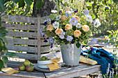 Strauß aus Rosen, Skabiosen und Prunkwinde auf Baumbank