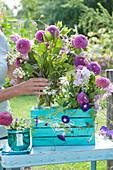 Violetter Sommerstrauß in türkis-blauer Holzkiste