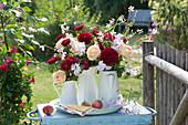 Sträuße aus Rosen, Wicken, Sommerastern und Prachtkerze