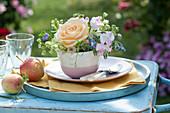 Mini-Strauß aus Rosenblüte, Wicken, Borretsch und Sommeraster in Tasse