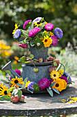 Strauß und Blüten von Sommeraster und Ringelblume in Etagere