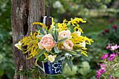 Kleiner Strauß aus Rosen, Goldrute, Kapuzinerkresse und Salbei in Tasse
