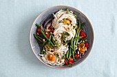 Spelt spaghetti with green beans, tomatoes and pine nuts