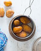 Gekochte Kartoffeln im Wassertopf