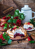 Meringue pie with redcurrants